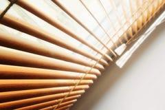 La lumière du jour passant par les abat-jour ouverts à une fenêtre Photos libres de droits