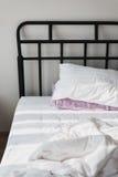 La lumière du maigre de fenêtre sur le lit Image stock