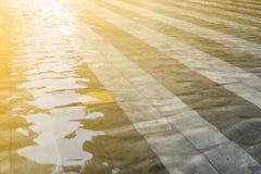 La lumière du soleil émettent à la piscine Photographie stock libre de droits