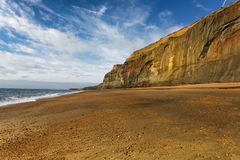 La lumière du soleil allume les falaises de cuivre à la baleine Chine dans l'île du wight, Angleterre Photos libres de droits