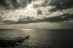 La lumière du soleil au-dessus de la Mer Noire Image stock