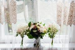 La lumière du soleil blanche illumine trois bouquets tendres Photo libre de droits