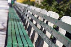 La lumière du soleil brille sur le banc de parc vide à Manhattan, New York City Photographie stock libre de droits