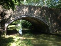 La lumière du soleil brille sur le pont en canal photographie stock libre de droits