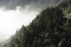 La lumière du soleil de matin sortent FromMountains Photographie stock