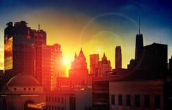 La lumière du soleil dramatique de New York City brille sur les gratte-ciel de l'horizon de Manhattan image libre de droits