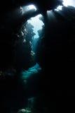 La lumière du soleil entre dans une caverne sous-marine Photo libre de droits