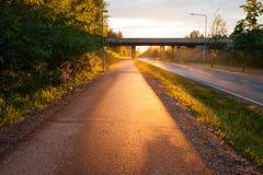 La lumière du soleil illuminent le trottoir après pluie Images stock