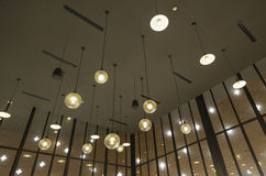 La lumière est arrangée autour d'une fenêtre circulaire dans le plafond d'une salle à manger de supérieur-résidence que la lumièr Images libres de droits