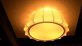 La lumière est arrangée autour d'une fenêtre circulaire dans le plafond d'une salle à manger de supérieur-résidence que la lumièr Image libre de droits