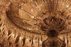 La lumière se reflète outre d'un lustre en cristal dans un musée à Paris (les Frances) Photographie stock libre de droits
