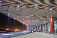 La lumière traîne à l'aéroport international capital de Pékin la nuit Photo stock