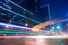 La lumière traîne avec des couleurs brouillées sur la rue Photos libres de droits