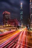 La lumière traîne dans une intersection occupée à Taïpeh, Taïwan Photos stock