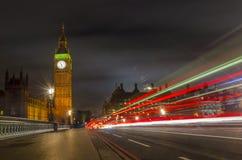 La lumière traîne des véhicules sur le pont de Westminister, Londres photo stock