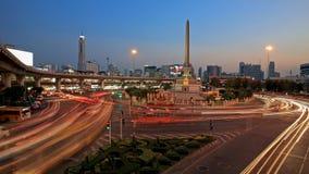 La lumière traîne sur la rue au monument militaire de victoire Image stock