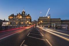 La lumière traîne sur le pont du nord vers le Balmoral à Edimbourg image stock