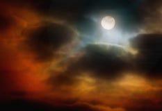 La luna è rottura della nuvola Immagini Stock Libere da Diritti