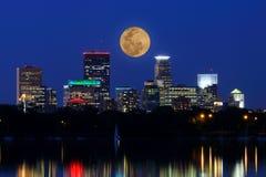 La luna aumenta sopra l'orizzonte di Minneapolis Fotografie Stock Libere da Diritti