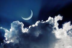 La luna creciente en un cielo nocturno hermoso con brillar intensamente se nubla foto de archivo libre de regalías