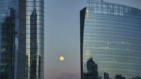 La luna e le costruzioni si chiudono su video d archivio