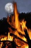 La luna ed il fuoco di accampamento Fotografie Stock Libere da Diritti