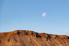 La luna en el cielo azul claro sobre la montaña, Norilsk fotos de archivo libres de regalías