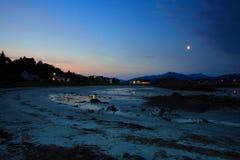 La luna en la tapa de la playa de Lodingen imagen de archivo libre de regalías