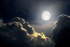 La Luna Llena entre las nubes de tormenta fotos de archivo libres de regalías