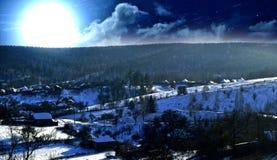 La Luna Llena sube de detrás una colina imagen de archivo libre de regalías