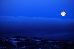 La luna piena si appanna il cielo notturno blu immagini stock libere da diritti