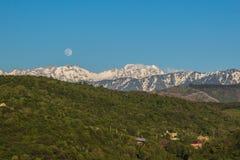 La luna piena sopra le montagne abbellisce vicino al picco di Talgar, Tien-SH Immagine Stock