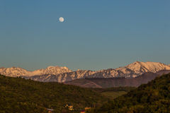 La luna piena sopra le montagne abbellisce vicino al picco di Talgar, Tien-SH Fotografie Stock