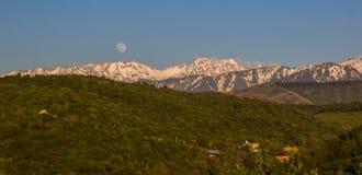 La luna piena sopra le montagne abbellisce vicino al picco di Talgar, Tien-SH Immagini Stock Libere da Diritti
