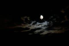 La luna que mira a escondidas Imagen de archivo