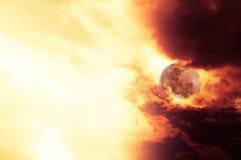 La luna roja en el grupo rojo de la nube Fotos de archivo libres de regalías