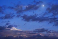 La luna se nubla el cielo nocturno Imágenes de archivo libres de regalías