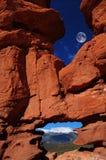 La luna sopra formazione rocciosa fotografia stock