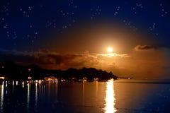 La luna sopra il mare e riflessione in acqua Fotografie Stock Libere da Diritti