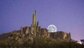 La luna sube sobre las montañas de la superstición Imágenes de archivo libres de regalías
