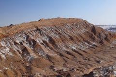La Luna - valle di Valle de della luna e dei vulcani innevati, deserto di Atacama, Cile fotografie stock
