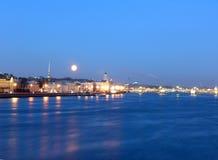 La lune au-dessus du fleuve de Neva à St Petersburg Photo libre de droits