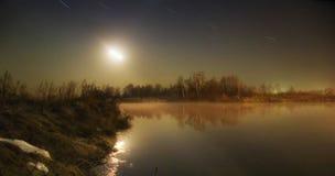La lune au-dessus du lac Photographie stock