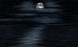 La lune brille au-dessus de l'eau Photo stock
