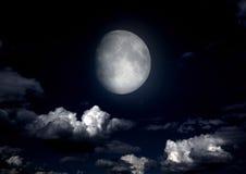 La lune dans le ciel nocturne Images stock