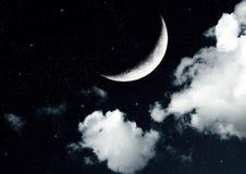 La lune dans le ciel nocturne en nuages Photo libre de droits