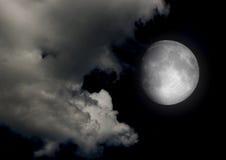 La lune dans le ciel nocturne en nuages Photos stock