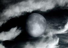 La lune dans le ciel nocturne en nuages Image libre de droits