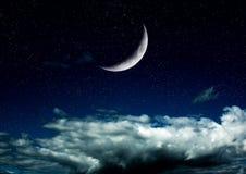 La lune dans le ciel nocturne en nuages Image stock