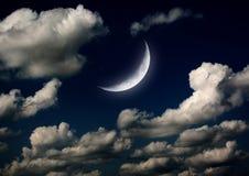 La lune dans le ciel nocturne en nuages Photos libres de droits